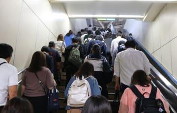 職場や学校に向かう若者たち=横浜駅
