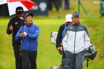 強い風雨の中練習ラウンドを行った松山英樹と金谷拓実(撮影:村上航)