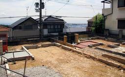 西日本豪雨による土砂崩れで解体を余儀なくされた民家も。住宅の基礎部分だけが残る=神戸市灘区篠原台