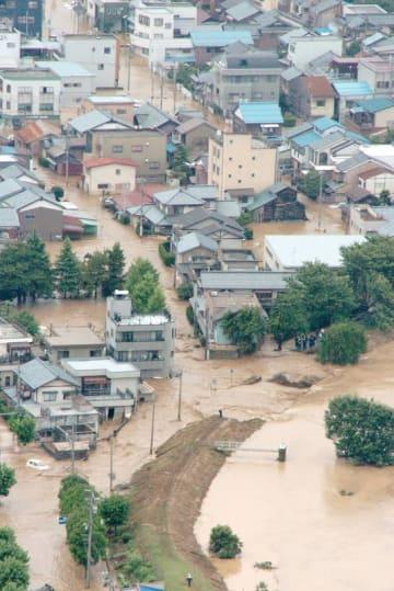 足羽川の堤防が決壊し、多数の住宅が浸水した福井県福井市春日1丁目周辺=2004年7月18日午後2時半ごろ(福井新聞社ヘリから)