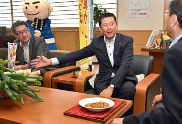 県産の長ネギやナガイモを使ったカレーを紹介する藤原支店長(中)と笹森副本部長(左)