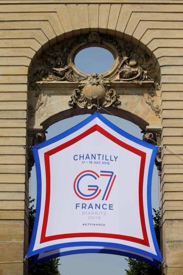 パリ近郊の会場に掲げられた先進7カ国(G7)財務相・中央銀行総裁会議のロゴ=17日、シャンティイ(ロイター=共同)