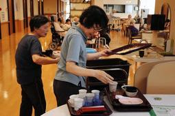 介護付き有料老人ホームで、利用者が使った食器を手早く片付ける中高年=宝塚市弥生町、「結いホーム宝塚」