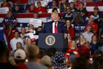 17日、米ノースカロライナ州グリーンビルの支持者集会で演説するトランプ大統領(AP=共同)
