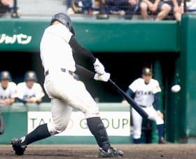 【駒大苫―札幌大谷】五回無死一塁で、逆転2点本塁打を放つ駒大苫の竹中
