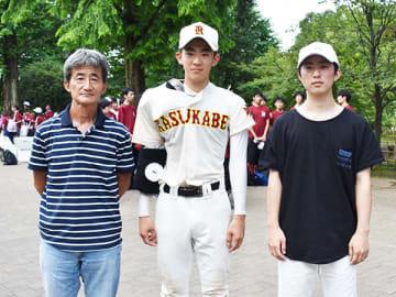 春日部高のエース大音優投手(中央)と父親の備さん(左)、次男の雄さん=17日、上尾市民球場
