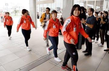 市民らの歓迎を受けながら山鹿市役所に入る永田しおり(手前右)ら女子ハンドボール日本代表の選手たち=同市