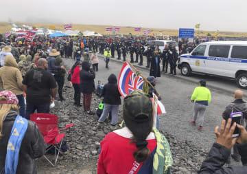 17日、米ハワイ島マウナケア山に集まったデモ参加者と警察官ら(CINDY ELLEN RUSSELL/ホノルル・スター・アドバタイザー紙提供、AP=共同)