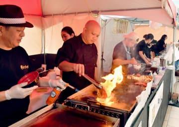 肉を焼くいい香りが漂った「もとぶ牧場フェア」会場=17日午後、那覇市・タイムスビル
