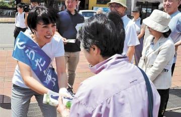 街頭演説先で聴衆に握手を求める寺田候補(左)=6日、大仙市