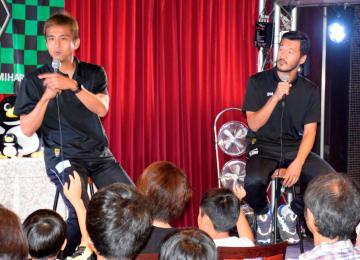 子どもたちに向上心や勉強の大切さを語ったSC相模原の稲本選手(左)と富沢選手 =横浜市西区