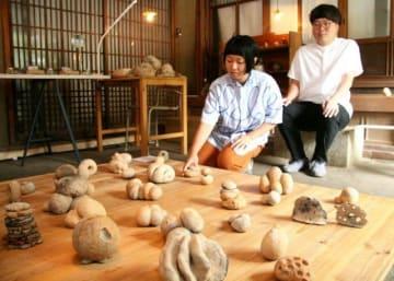 個展に向けて作品の出来を確認する田計さん(左)と〓口さん