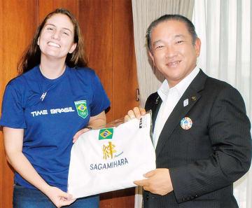記念品を手渡す本村市長とボアヴェントゥーラ氏
