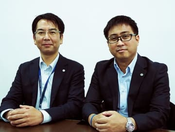 (左から)五十嵐 元・課長、高岡直人氏