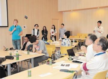 インバウンドの課題解決に向けた提案を発表する留学生ら