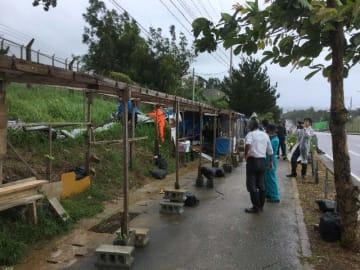 台風5号の接近に備える市民ら=18日午前、名護市辺野古の米軍キャンプ・シュワブゲート前