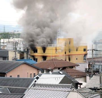 煙を上げる京都アニメーションのスタジオ(18日午前11時53分、京都市伏見区桃山町)