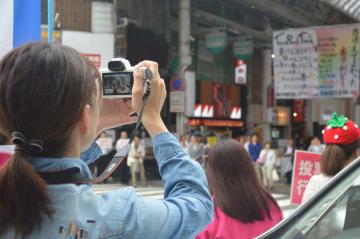SNSに投稿するための写真を撮影する参院選候補者の陣営スタッフ=12日、宇都宮市宮園町