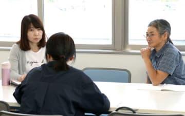 相談者の話を聞く「新潟いなほの会」の会員たち=新潟市中央区