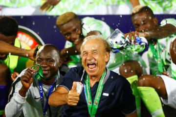 サッカーのアフリカ選手権 3位決定戦でチュニジアを下し、喜ぶ監督と選手たち=17日、カイロ(ロイター=共同)