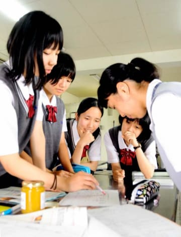 HACCPについて宇和島水産高生から教わる南宇和高生(右)