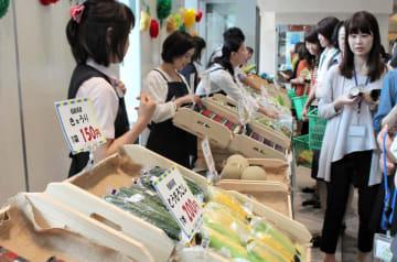 東北6県産の旬の野菜や果物が並んだマルシェ=18日、東京・平河町