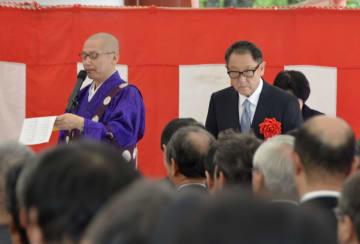 長野県茅野市の聖光寺で安全祈願したトヨタ自動車の豊田章男社長(奥右)ら=18日