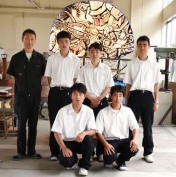 小型サイズのねぷたの光り方を改良した薩南工業高校情報技術科の生徒ら=南九州市知覧町郡の同校