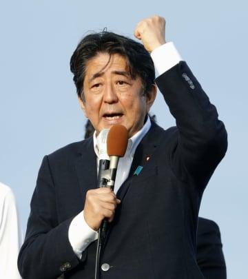 街頭演説する自民党総裁の安倍首相=17日午後、宮城県石巻市