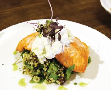 ランチメニュー「Salade au saumon($25)」は、ナイフ要らずの柔らかさ。キュウリの風味が爽やかな、ヨーグルトソース(ザジキ)をアクセントに添える。サーモンの下は、ミントがきいたタブーリサラダ