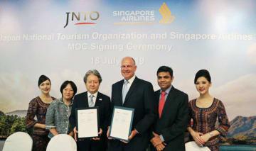 協力覚書を締結したJNTOの蜷川理事(左から3人目)とSIAのウィルソン上級副社長(同4人目)=18日、シンガポール中心部(NNA撮影)