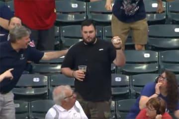 ビール片手に観戦していた男性がファウルボールをキャッチ(画像はスクリーンショットです)