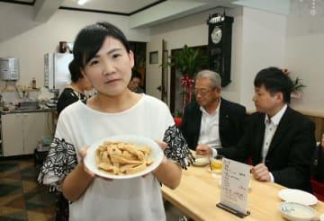 一店一品のやせうまを振る舞う「軽食喫茶みやまち」の江口雅さん(手前)=豊後高田市