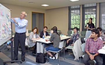 出し合った意見を発表する参加者たち=佐賀市の佐賀市立図書館