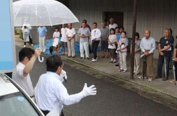 雨の中、街頭演説で支持を求める立候補者=18日、岡山市東区(画像の一部を加工しています)
