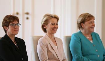 フォンデアライエン次期欧州委員長(中央)と並ぶ、ドイツのメルケル首相(右)とクランプカレンバウアー次期国防相=17日、ベルリン(アナトリア通信・ゲッティ=共同)