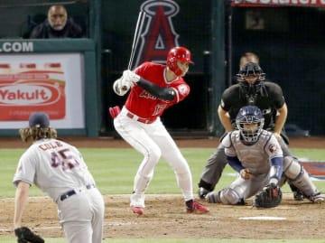 アストロズ戦の5回、左前打を放つエンゼルス・大谷翔平。投手コール=アナハイム(共同)