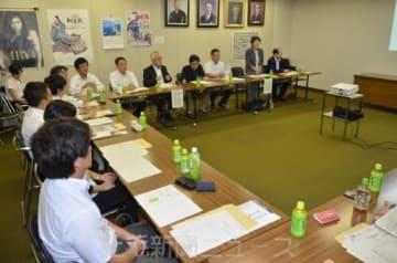 本年度の活動方針を確認した海外ブランド推進委員会の会議