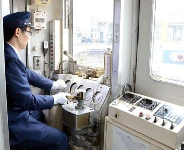 鉄道会社の制服姿で電車を運転する体験会の参加者=熊本市北区