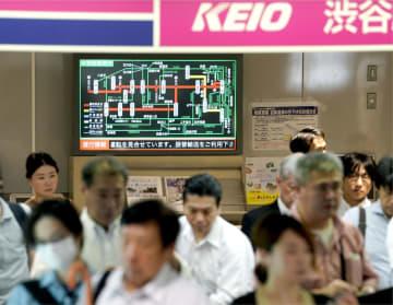 運転見合わせを知らせる京王線渋谷駅の案内表示=19日午前8時14分