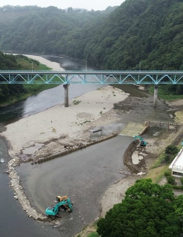 オープンに向け進むやなの設置作業=18日午前10時35分、茂木町大瀬の那珂川、小型無人機から