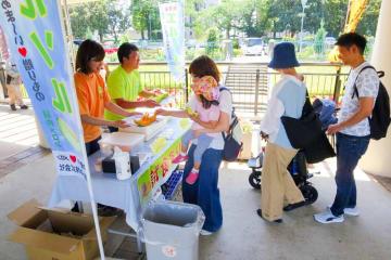 毎年行われているクインシーメロンの試食会=2018年6月、根岸森林公園