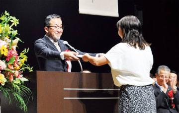 表彰状を手渡す杉崎会長(左)