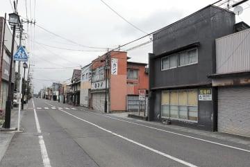 シャッターを閉めた店が目立つ亘理町中心部の商店街。にぎわいが消えて久しい