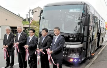 東京行きの新たな高速バス路線の出発を祝う関係者