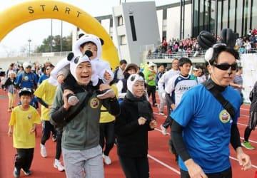 「パンダRUN」ファミリーの部で、パンダの帽子などをかぶって出走する参加者(昨年の大会)