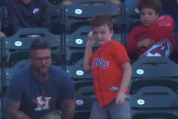 父親がホームランボールをゲット、貰った息子は…(画像はスクリーンショットです)