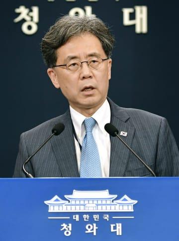 記者会見する韓国大統領府の金鉉宗・国家安保室第2次長=19日、ソウル(共同)
