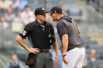 球審に抗議するヤンキースのアーロン・ブーン監督(右)【写真:Getty Images】