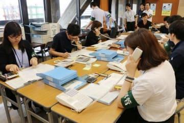 リハーサルで投開票速報の発表手順を確認する県選管職員